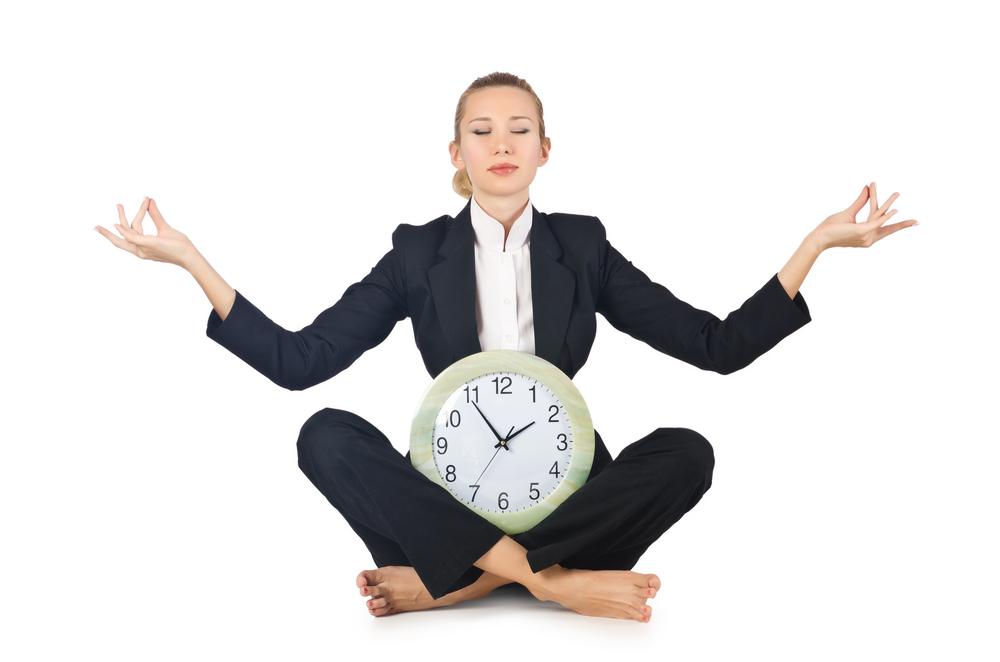 Wie lange soll man meditieren? Frau mit Uhr