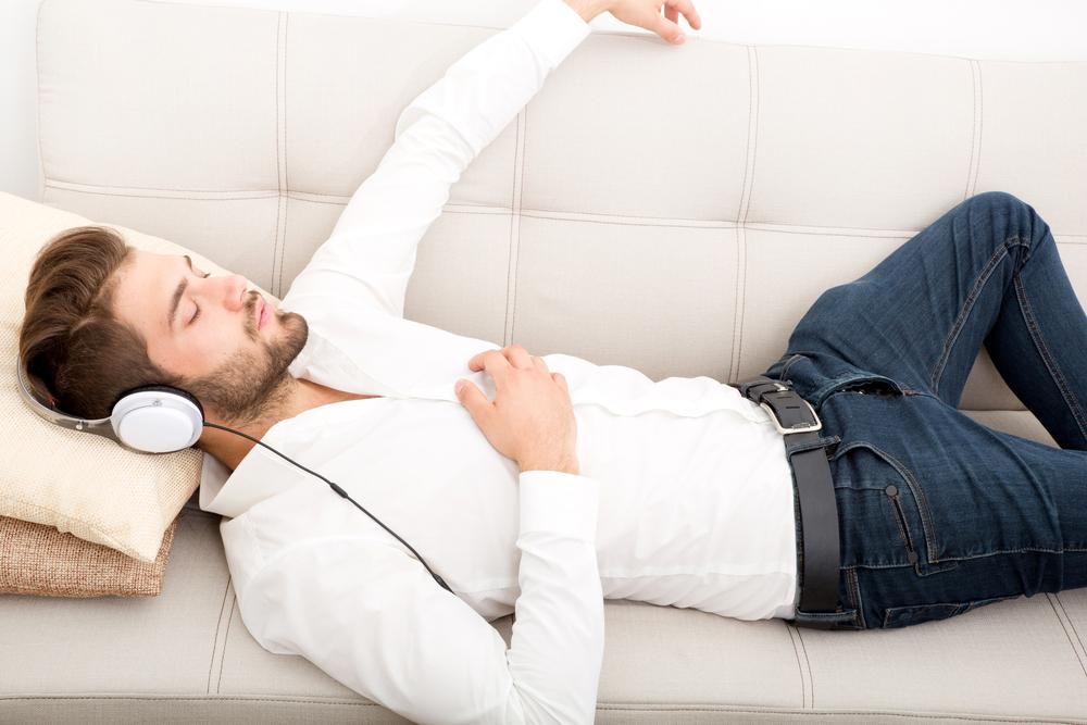 Meditation im Alltag - Mann entspannt