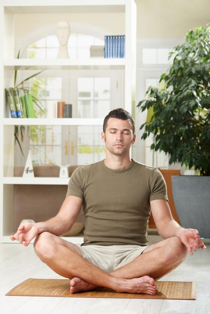 Mann meditiert an einem ruhigen Ort