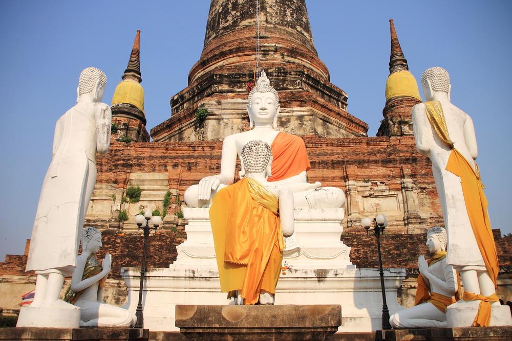 Mönche mit transzendentaler Meditation vor Tempel