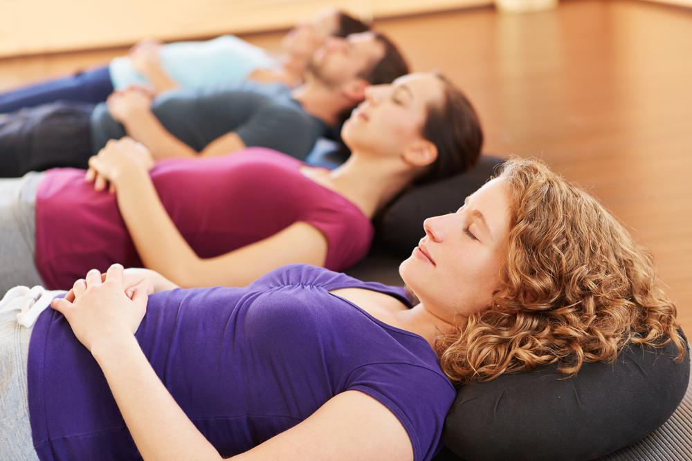 Kursteilnehmer erlernen die transzendentale Meditation
