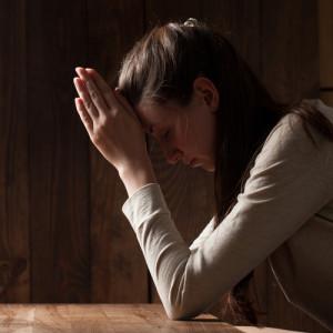 Meditation einer Frau in Gebetsstellung