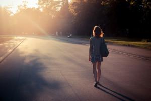Frau meditiert während dem Gehen auf Straße