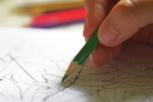 Frau malt Mandala mit Stift