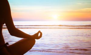 Metta Meditation einer Frau am Strand