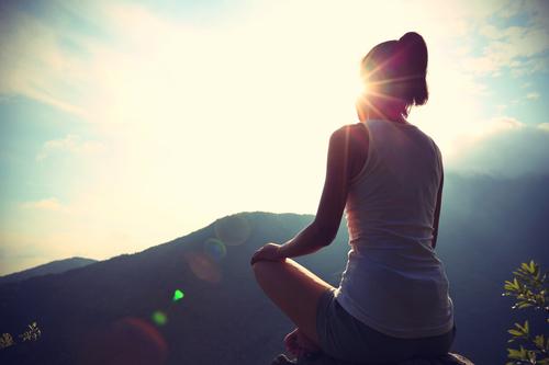 Frau meditiert zu Zazen