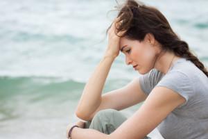 Traurige Frau ist depressiv und meditiert